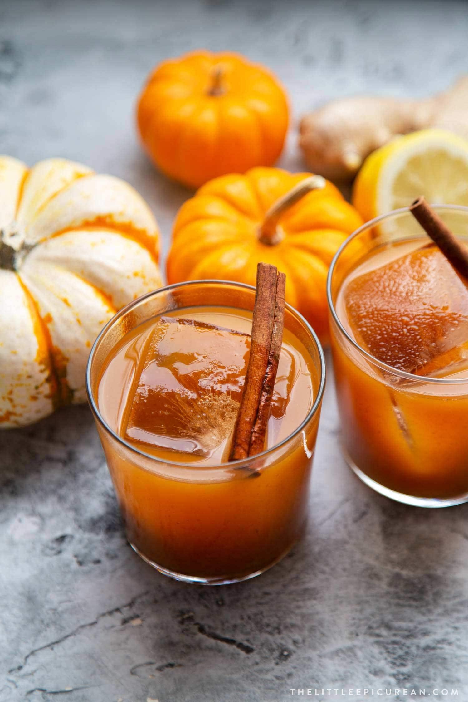 Pumpkin Bourbon Cocktail. This autumn harvest cocktail features warm spices, pumpkin butter, bourbon, and a pop of lemon juice. #cocktails #boozydrinks #holidays
