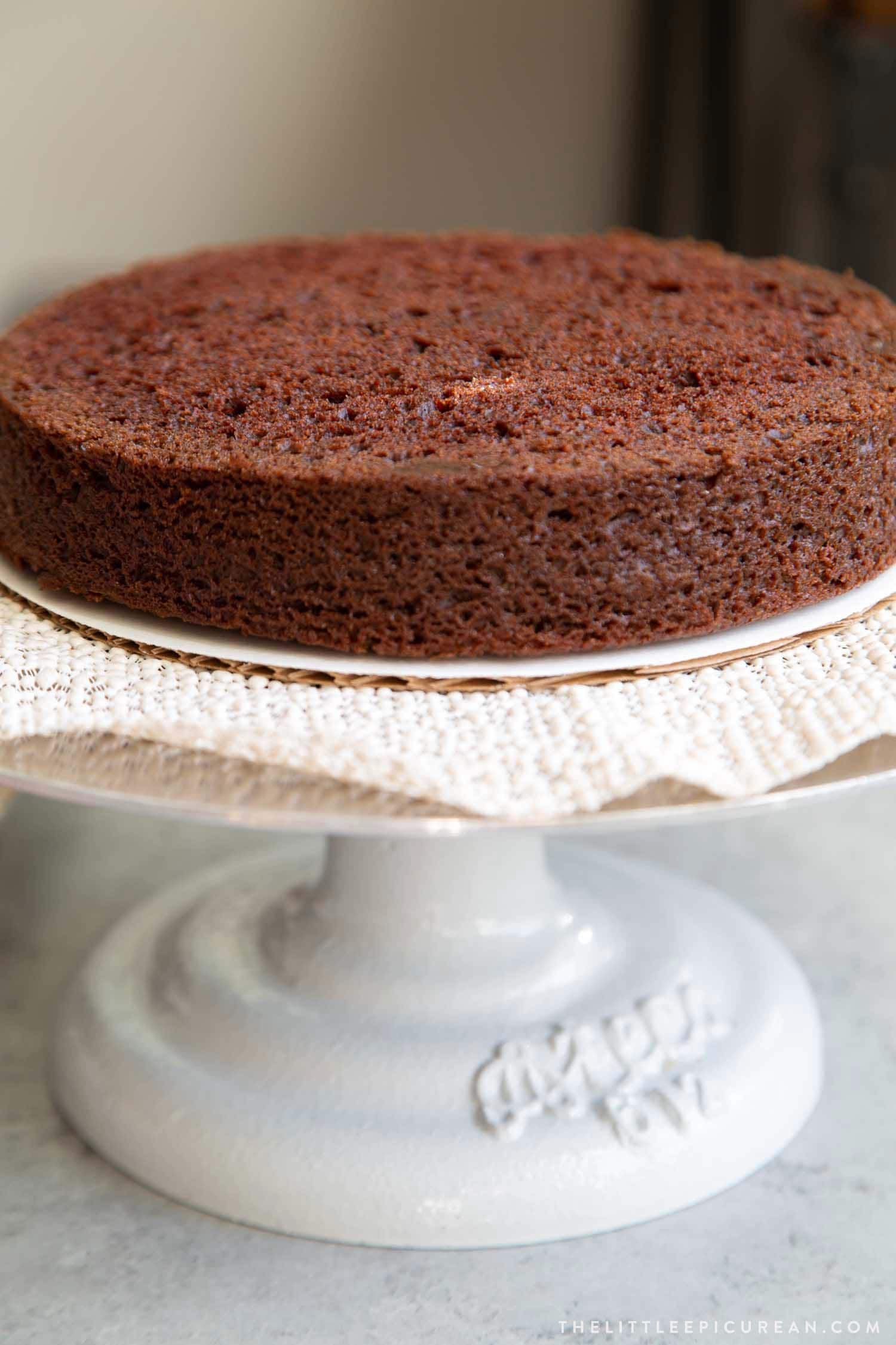 How to assemble classic chocolate cake.